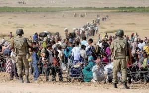 Syrian-Kurd-refugees-approach-Turkish-border